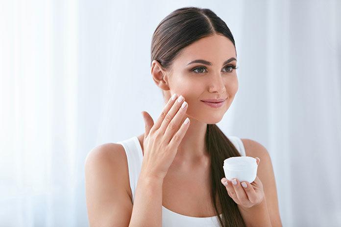 Bardzo sucha skóra twarzy – jak sobie z nią poradzić?